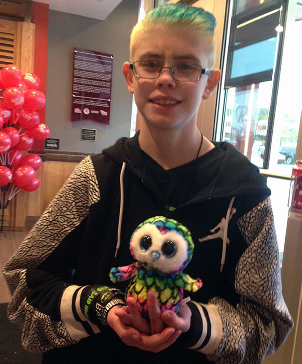 Meet Spectrum, Sarah's new owl friend. We had a long wait at Red Robin for dinner, so she and Kaitlyn walked to a nearby shopping mall and... he just happened.